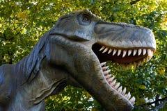 Dinosaurus op de achtergrond van aard royalty-vrije stock fotografie