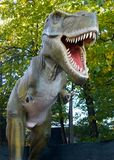 Dinosaurus op de achtergrond van aard royalty-vrije stock foto's