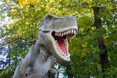 Dinosaurus op de achtergrond van aard stock afbeelding