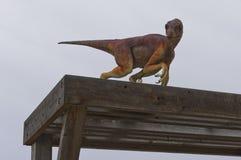 Dinosaurus op houten structuur royalty-vrije stock afbeelding