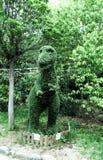 Dinosaurus-vormige die struik in de tuin in orde wordt gemaakt stock fotografie
