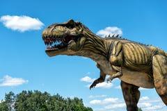 Dinosaurusbeeldhouwwerk in ab-het park van de Parkaard in Letland royalty-vrije stock fotografie