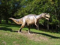 Dinosaurusmodel in het park Stock Afbeeldingen