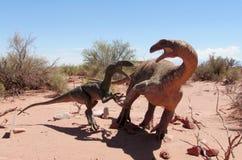 Dinosaurusmodel in het zand stock foto