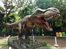 Dinosaurusstandbeeld in Taman Lanjut Usia Bandung, West-Java, Indonesië stock foto's