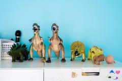 Dinossauro, boneca, na sala de criança foto de stock