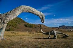 Dinossauro gigante que alimenta seu bebê Fotografia de Stock Royalty Free