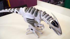 Dinossauro 4k do brinquedo do robô da carícia da mão da criança vídeos de arquivo