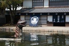 Dinossauro na frente da construção histórica no parque do estúdio de Toei Kyoto Imagem de Stock Royalty Free
