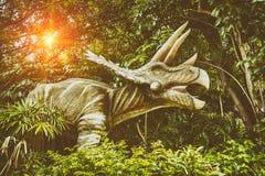 Dinossauros que lutam durante a extremidade da terra foto de stock