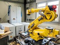 Dinslaken, Alemanha - 19 de setembro de 2018: Robô brandnew da automatização industrial que prepara-se para a produção imagem de stock royalty free