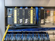 Dinslaken, Allemagne - 19 septembre 2018 : Contrôleur programmable de logique pour l'automation d'industrion obtenant examinée images libres de droits