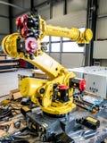 Dinslaken Tyskland - September 19 2018: Splitterny robot för industriell automation som får klar för produktion royaltyfri bild