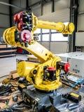 Dinslaken Tyskland - September 19 2018: Splitterny robot för industriell automation som får klar för produktion arkivbild