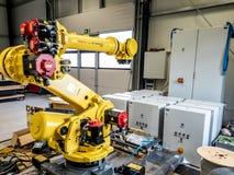 Dinslaken Tyskland - September 19 2018: Splitterny robot för industriell automation som får klar för produktion royaltyfri foto