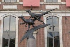 Dinsosaur scultpure ouside科学院,卓克索大学,本杰明・富兰克林公园大道,费城 图库摄影