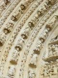 Dintel de piedra tallado en una puerta de la iglesia Imagenes de archivo
