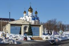 Diocesaan Spiritual en Verlichtingscentrum en Heilige Drievuldigheids Orthodoxe Kathedraal het Bisdom van van Petropavlovsk, Kamc royalty-vrije stock foto's