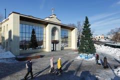 Diocesaan Spiritual en Verlichtingscentrum van het Bisdom van Petropavlovsk en van Kamchatka van Russische Orthodoxe Kerk en Kers royalty-vrije stock afbeelding