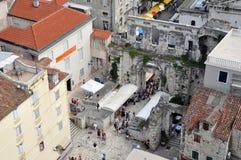 diocletian παλάτι η καθολική Κροατία εισήγαγε αρχικά το μαζικό ιερέα που χωρίστηκε σε ιδιωματικό ποιοι Στοκ εικόνες με δικαίωμα ελεύθερης χρήσης