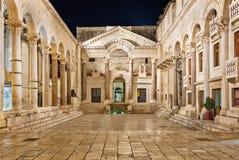 Diocletian slott på natten Arkivfoton