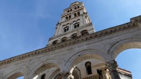 Diocletians pałac w rozłamu, Chorwacja Przyglądający w górę Dzwonkowy wierza przy fotografia royalty free