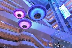 Diodo emissor de luz moderno que ilumina o interrior comercial da plaza do prédio de escritórios moderno, salão moderno da constr Imagem de Stock
