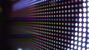 Diodos electroluminosos modernos del RGB o pantalla del LED en tiro del steadicam de la acción 4K almacen de video