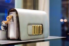 Dior-Lederhandtaschesammlung für Frauen im Schaukasten auf Dior-Shop Stockfoto