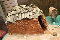 Diorama Mississippian kultury dom wystawiający przy Etowah Indiańskimi kopami muzealnymi zdjęcia stock