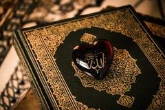 Dios de Alá del fondo del koran del símbolo del Islam imagen de archivo