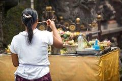 Dios de rogación de la mujer en Ubud, Bali, Indonesia Foto de archivo