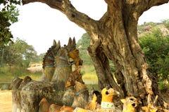 Dios indio del pueblo de las estatuas del caballo en un complejo del templo del pueblo fotos de archivo