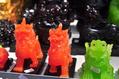 Dios, los animales y los artículos afortunados están para la venta en el Año Nuevo lunar en la calle de Vietnam Fotografía de archivo