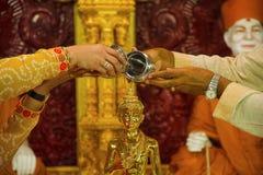 Dios que adora del hombre y de la mujer Mandir de Swaminarayan de los BAPS, Katraj Fotos de archivo libres de regalías