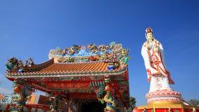 Diosa de la estatua de la misericordia y del templo chino Fotos de archivo libres de regalías
