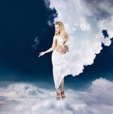 Diosa del griego clásico en nubes Fotos de archivo