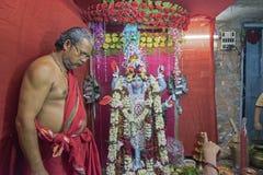 Diosa que adora Kali del sacerdote hindú Fotografía de archivo libre de regalías