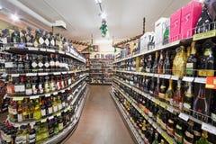 Dipartimento con gli scaffali con le bevande dell'alcool Immagine Stock Libera da Diritti