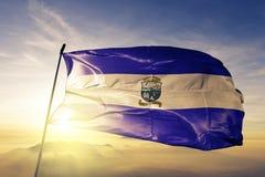 Dipartimento di Ahuachapan del tessuto del panno del tessuto della bandiera di El Salvador che ondeggia sulla nebbia superiore de fotografia stock libera da diritti