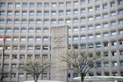 Dipartimento di alloggio e di sviluppo urbano dentro in città con il primo piano delle finestre della costruzione e del segno Fotografie Stock