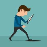 Dipendenza di Smartphone Un uomo che esamina smartphone e che cammina alla botola Fotografia Stock Libera da Diritti