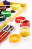 Dipinga le scatole e le spazzole su fondo bianco fotografie stock libere da diritti