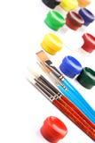 Dipinga le scatole e le spazzole su fondo bianco immagine stock libera da diritti