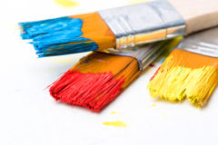 Dipinga un'immagine su una carta con una spazzola Fotografie Stock