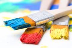 Dipinga un'immagine su una carta con una spazzola Immagine Stock