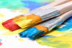 Dipinga un'immagine su una carta con una spazzola Immagini Stock Libere da Diritti