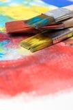 Dipinga un'immagine su una carta con una spazzola Immagine Stock Libera da Diritti