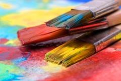 Dipinga un'immagine su una carta con una spazzola Fotografia Stock Libera da Diritti