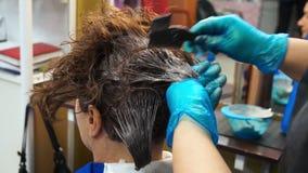 Dipinge i capelli con un pettine stock footage